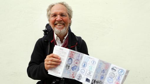 Michel Bernard-Raymozol, de 63 años, inició el Camino desde Le Puy-en-Velay el 15 de septiembre, tras haberse jubilado. En la fotografía, muestra los sellos de su credencial