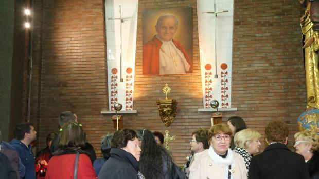 Fieles ante la reliquia de San Juan Pablo II en la iglesia de la Asunción de Mequinenza