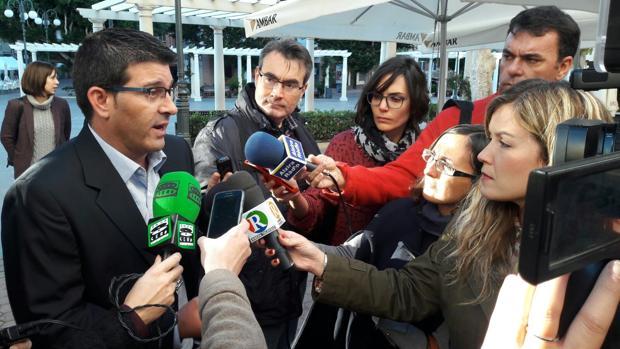 El presidente de la Diputación de Valencia atiende a los medios en Alzira