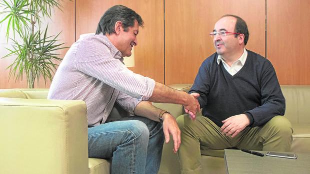 Javier Fernández y Miquel Iceta se reunieron ayer en la sede de Ferraz