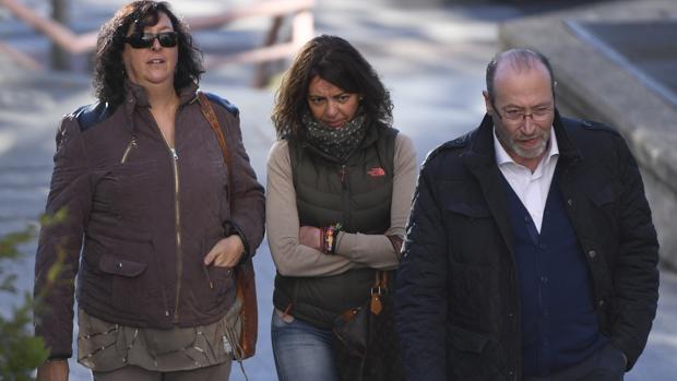 Teresa Fernández (izquierda), a su llegada al juzgado junto a su marido, Miguel Reneses