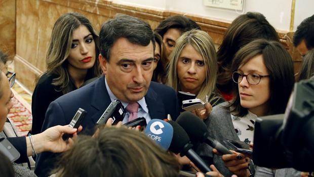 El portavoz del PNV en el Congreso, Aitor Esteban, tras su reunión con Soraya Sáenz de Santamaría