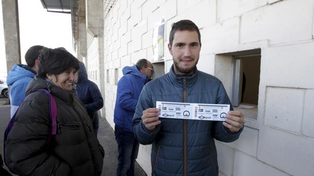 Un aficionado muestra las entradas compradas para el Guijuelo-Atlético de Madrid