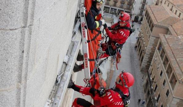 Bomberos realizan una exhibición en el Alcázar de Toledo durante las Jornadas de Rescate en Altura de 2015