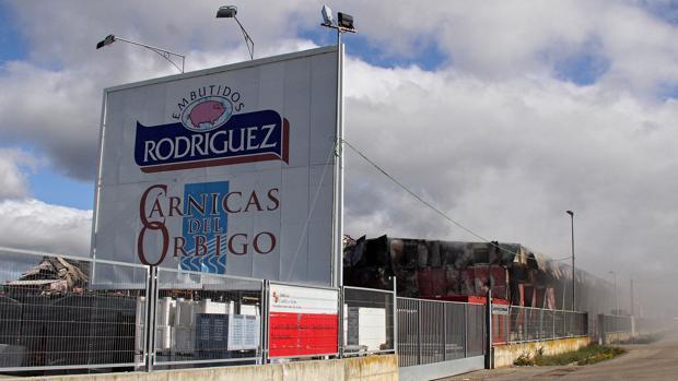 Un incendio calcinó el pasado mayo la fábrica leonesa Embutidos Rodríguez