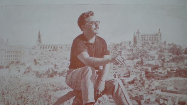El poeta Juan Antonio Villacañas con Toledo al fondo