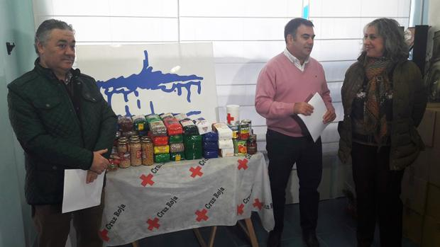 El presidente de Cruz Roja, Jesús González, el gerente de la editorial, Javier Flores, y la concejal de Servicios Sociales, Ana Belén Mazarro, durante la entrega de alimentos