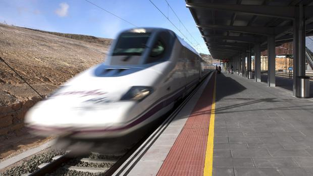 Un tren a su paso por la estación de Cuenca cuando