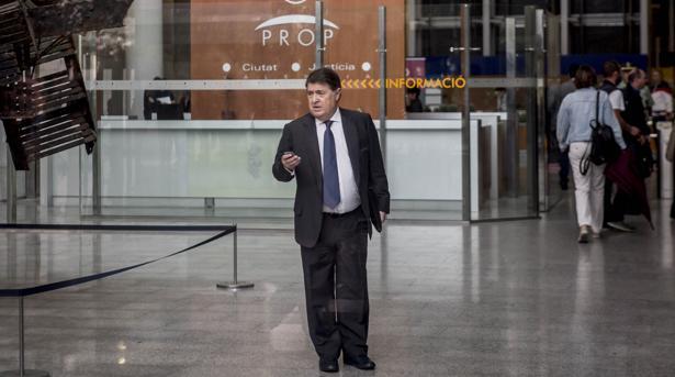 Imagen de José Luis Olivas a la salida de la Ciudad de la Justicia de Valencia
