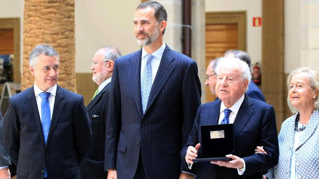 El Rey con el lendakari, Iñigo Urkullu, y el empresario catalán José Ferrer Sala, presidente de honor del Grupo Freixenet, el pasado julio en Deusto
