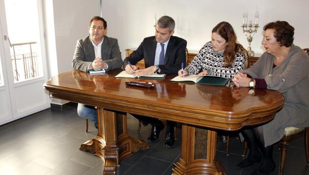 Álvaro Gutiérrez, presidente de la Diputación de Toledo, firma el convenio de cesión de los dos pisos con Eva Ocaña, vicepresidenta de Afanion en Toledo