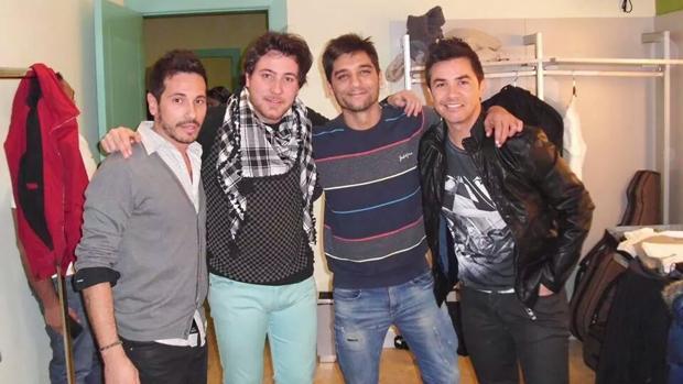 El Califa Retalero con varios músicos de su banda