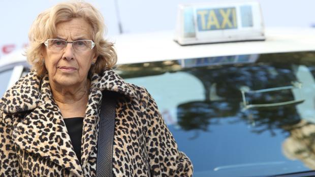 La alcaldesa de Madrid, Manuela Carmena, en el acto de presentación de los taxis de la capital