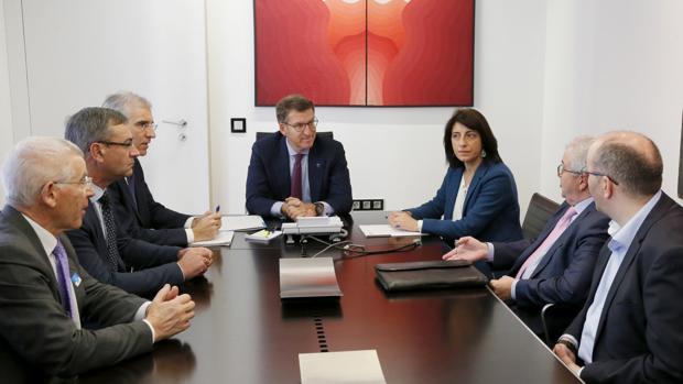 El presidente de la Xunta , Alberto Núñez Feijóo, con representantes de Feiraco, Melisanto y Os Irmandiños
