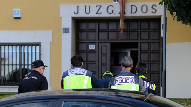 Momento en el que Miguel Ángel Muñoz Blas es conducido a los juzgados de Astorga