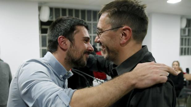 Ramón Espinar recibe un abrazo de Juan Carlos Monedero