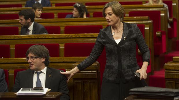 Forcadell, junto a Puigdemont, en el Parlament