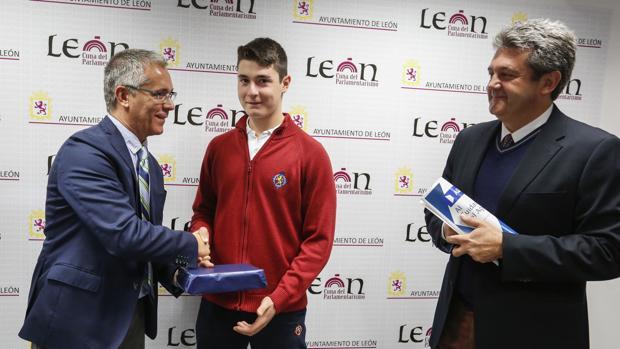 Antonio Rubio Martínez, el estudiante premiado, en el momento de recibir el galardón