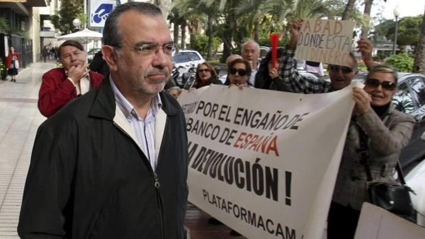 Roberto López Abad, increpado por un grupo de ahorradores afectados por la quiebra de la CAM