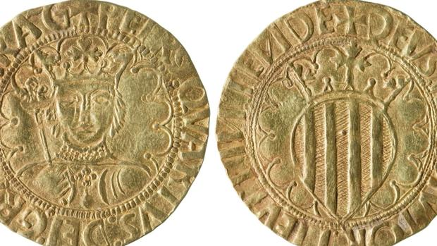 Anverso y reverso de la moneda del siglo XV aprovechada por la Generalitat para esta resolución