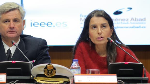 Montserrat Lluis durante su intervención, junto al capitán de fragata y analista Federico Aznar