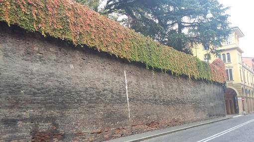 Grueso muro del Colegio de España
