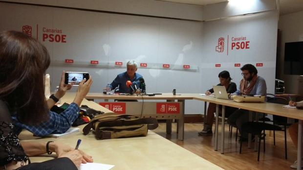 En el PSOE canario conocía la dimisión de Pérez porque quería dar la rueda de prensa en solitario este miércoles