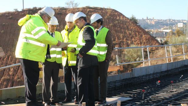 José Julián Gregorio visita las obras del puente