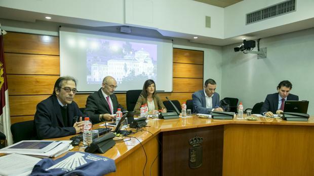 El director general de Salud Pública, Manuel Tordera (2º izq.) durante su comparecencia en las Cortes