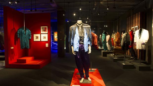 Prendas de la particular indumentaria de Tino Casal, en la exposición del Museo del Traje