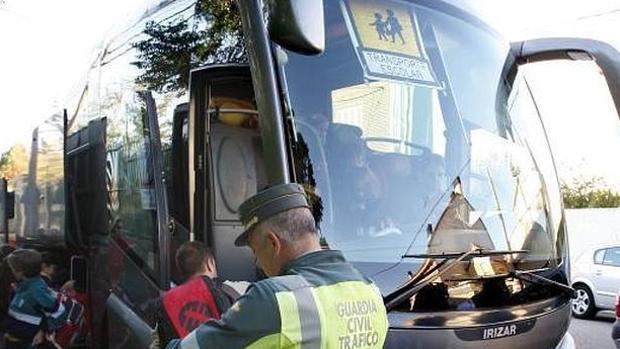 Interceptan a una conductora de un bus escolar que superaba casi el doble de la tasa de alcohol permitida