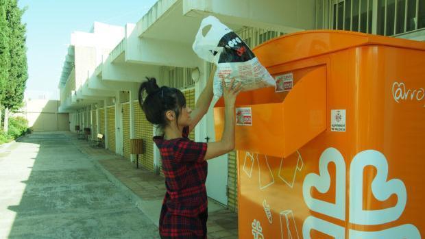 Imagen del contenedor de recogida de ropa de la campaña