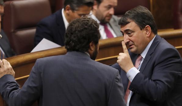 Aitor Esteban (d), portavoz del PNV en el Congreso