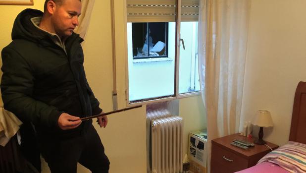 Clavius Constantin Aninis, vecino de la vivienda donde se ha producido la explosión, muestra los restos de cristales