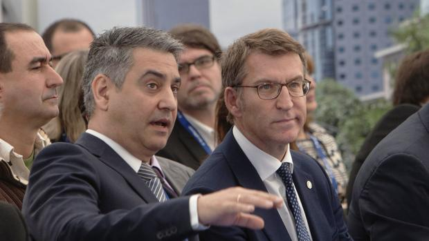 El presidente recibe las explicaciones del responsable de la multinacional BorgWarner, Carlos Castaño