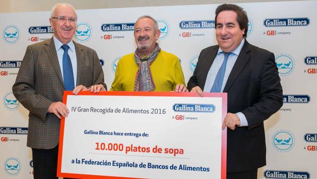 Fernando Fernandez, Director General de Gallina Blanca en España, Nicolás María Palacios, Presidente de FESBAL, y Karlos Arguiñano