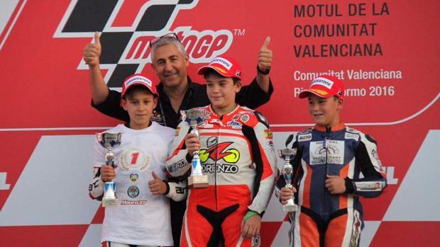 Mauro González (izq) recoge su premio en Cheste