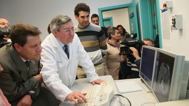 El presidente regional atiende las explicaciones del especialista en una imagen de TAC