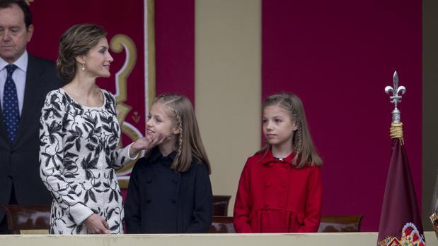 La Reina, junto a la Princesa Leonor y la Infanta Sofía, en el desfile de la Fiesta Nacional