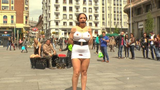 Una actriz porno en la plaza de Callao