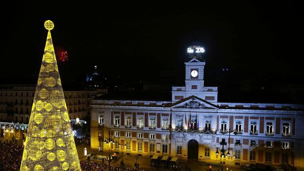 El reloj de la Puerta del Sol es famoso en toda España por ser el que tradicionalmente da las campanadas de Nochevieja