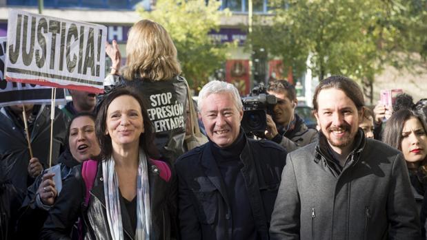 Jorge Vestrynge, entre Pablo Iglesias y Carolina Bescansa en la concentración de hoy ante los juzgados