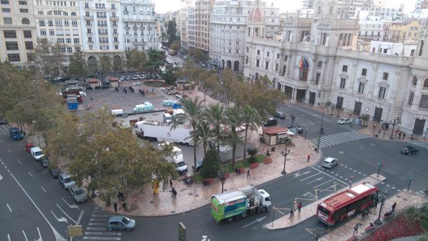 Imagen de los trabajos de montaje de la pista de hielo en la plaza del Ayuntamiento de Valencia