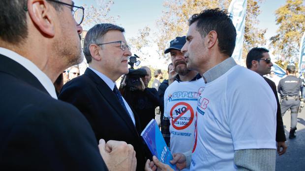 Puig conversa con uno de los manifestantes