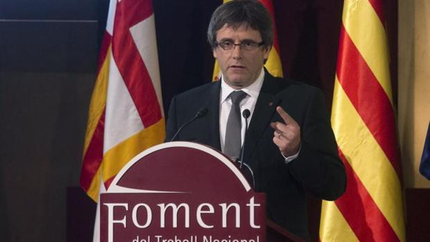 El presidente de la Generalitat, Carles Puigdemont, durante su intervención en el acto de entrega de las Medallas de Honor y de los Premios Carles Ferrer Salat