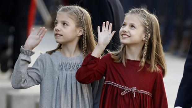 La Princesa de Asturias y la Infanta Sofía saludan al público ante el Congreso de los Diputados