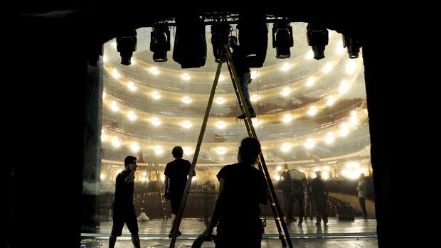 Montaje de un escenario en el Gran Teatre del Liceu