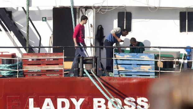 Tres de los tripulantes del mercante «Lady Boss», ayer en Marín (Pontevedra)