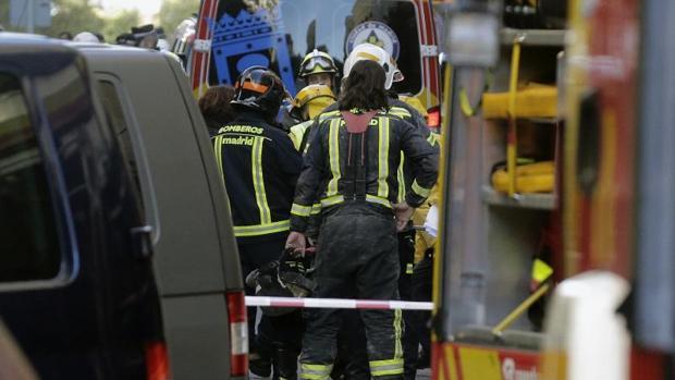 Una mujer bombero actúa en el derrumbe de la calle Lagasca