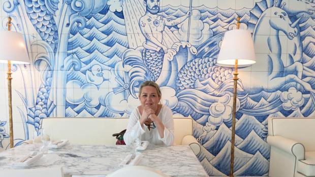 La ceramista Mónica García del Pino en el restaurante de Miami junto a uno de los murales